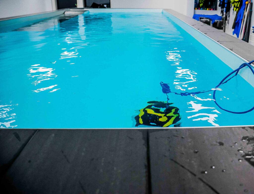 Hundsim och Veterinärklinik i Växjö. Bilden visar pool rengöring med en pooldammsugare